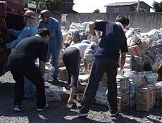 町内会の人々の熱心な回収作業