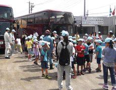 大型バス2台を連ね約70名が来社されました。